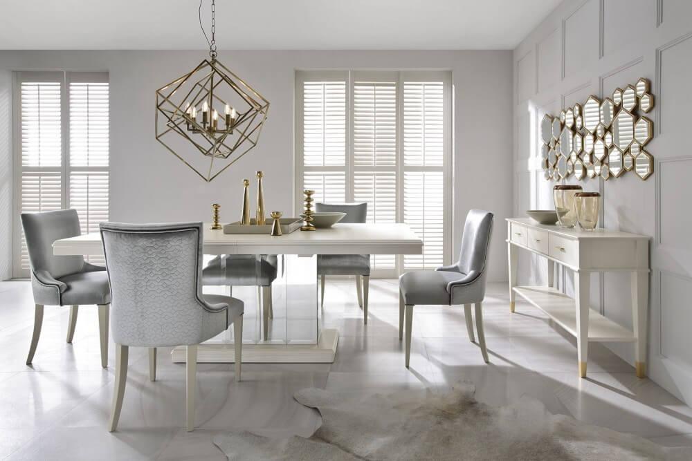 Jadalnia ze złotymi elementami wystroju - Home Designers
